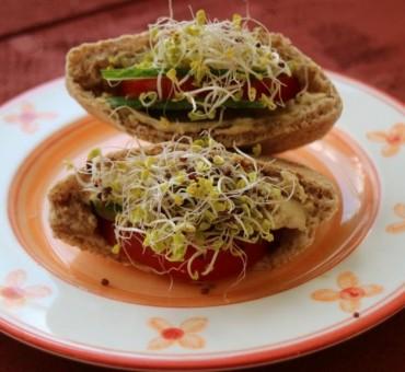 Gefüllte Pita-Taschen mit Hummus & Sprossen