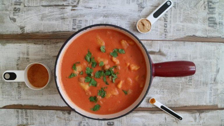 Tomaten-Erdnuss-Suppe mit Kichererbsen