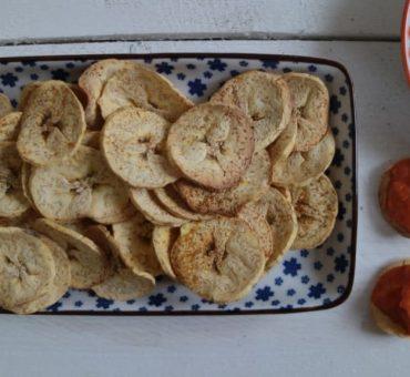 Kochbananen-Chips mit Paprika-Dip