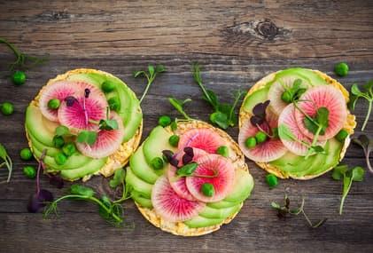 Radieschen, Avocado und Erbsen