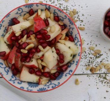 Apfel-Salat mit Minze und Pinienkernen