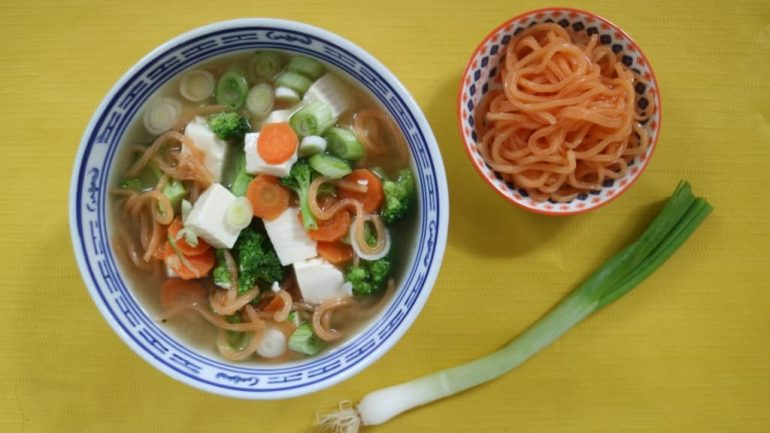 Miso-Suppe mit Shirataki-Nudeln und Seidentofu