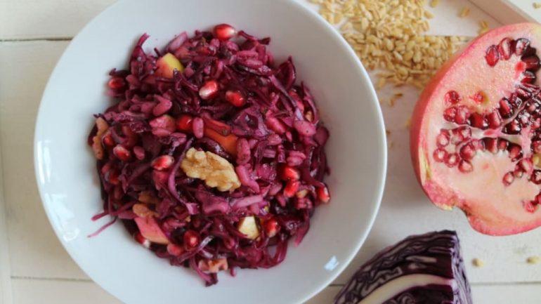 Rotkohlrohkost mit Weichweizen und Granatapfelkernen