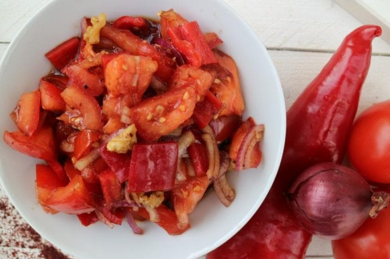 rezept tomaten paprika salat mit zwiebeln waln ssen pflanzliche ern hrung. Black Bedroom Furniture Sets. Home Design Ideas