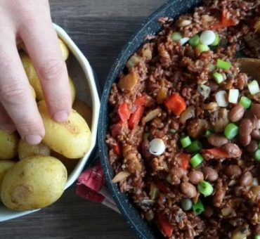 Rote Reispfanne mit Pilzen