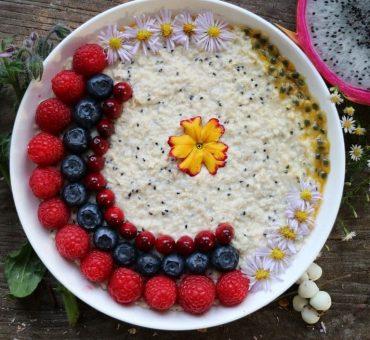 Exotisches Porridge mit Hirseflocken und Pitaya