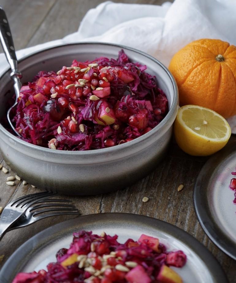 Winterlicher Rotkholsalat mit Äpfel und Rosinen.