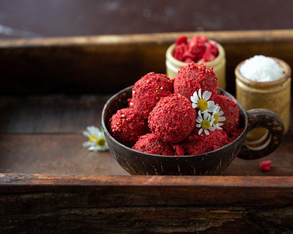 Dattelkonfekt mit Kokosraspeln und gefriergetrockneten Erdbeeren